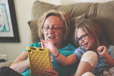 Cât de bine e să-i citești copilului cărți de pe tabletă?